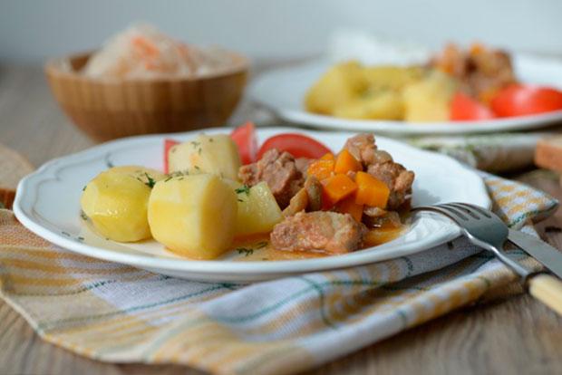 Подавать такую картошку можно с маринованными овощами или салатом.