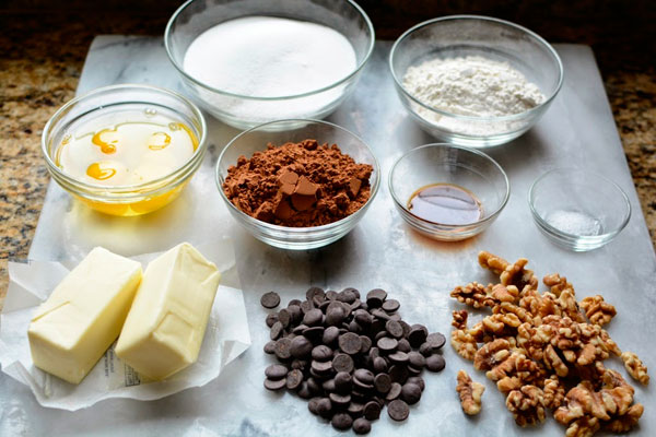 Ингредиенты для шоколадных пирожных с орехами