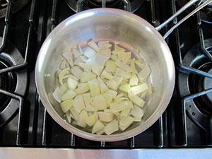 Томатный суп с жареными гренками