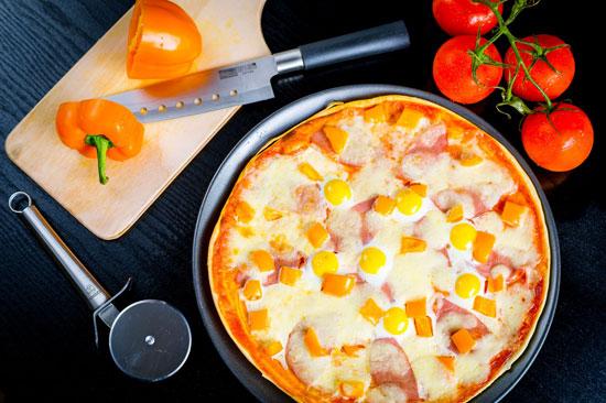 Пицца с перепелиными яйцами фото