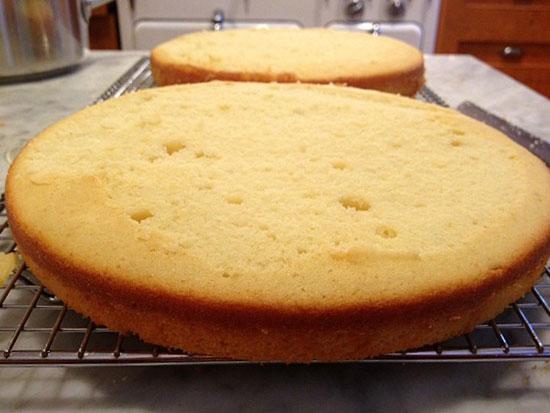 Бисквитный торт с карамельной глазурью