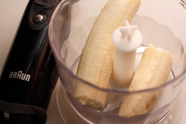 При помощи блендера взбейте бананы