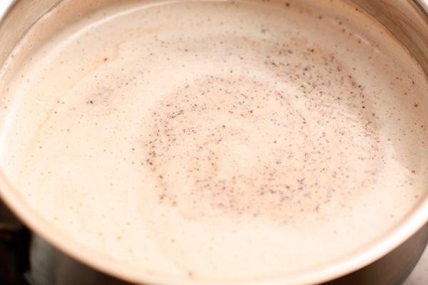 Разломайте шоколад и добавьте в кастрюлю
