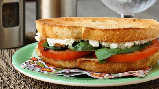 Бутерброд из помидоров и козьего сыра