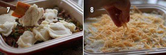 Положите картофельное пюре и посыпьте сыр