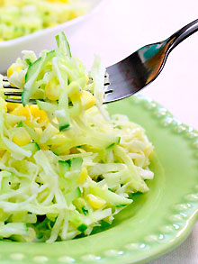Салат из капусты и яблок со свежими огурцами