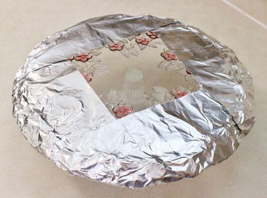 Заверните фольгой тортницу