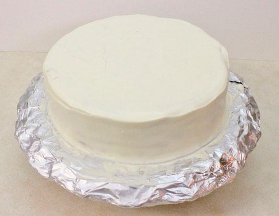 Смажьте оставшимся кремом торт