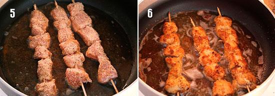 Обжарить шашлычки на сковороде с маслом