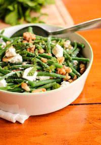 Салат с фасолью, сыром, грецкими орехами и мятой