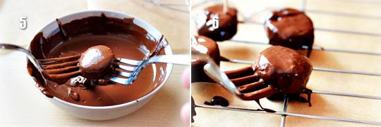 Покрываем бананы шоколадной глазурью