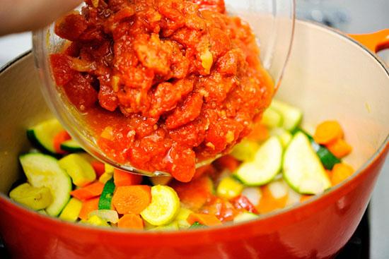 Кладём смесь томатов
