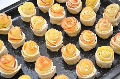 Сформированные розы из теста с яблоками