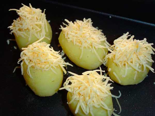 Запечённый картофель с начинкой из яиц