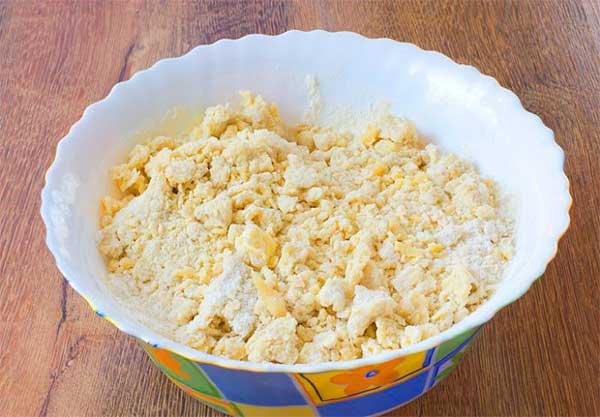 Замешиваем тесто для пирога