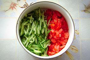 Нарезанные огурцы и помидоры