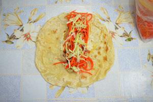 Шаурма начиненная морковью по-корейски и капустой