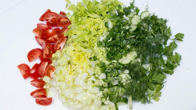 Овощной салат с тунцом приготовление