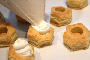 Праздничный десерт со сливочным кремом