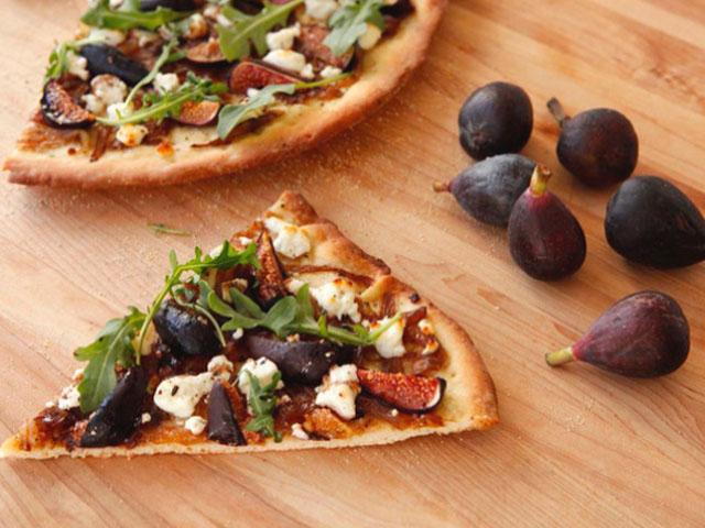 Пицца с инжиром и козьим сыром