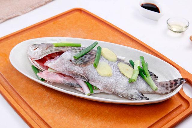 Морская рыба с имбирем в духовке