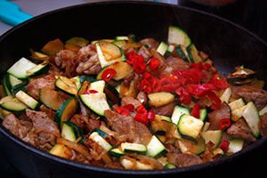 Жареная свинина с овощами на сковороде