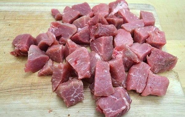 Нарезанные куски мяса