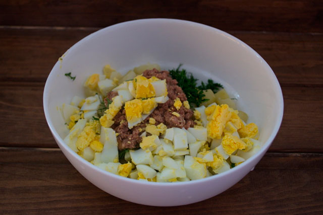 Рыбный салат с яйцом фото
