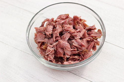 Нарезанный кусочками мясо для супа