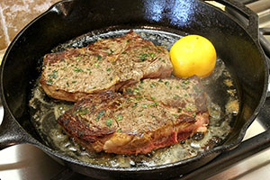 Жареный стейк на сковороде