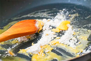 Сливочное масло с мукой на сковороде