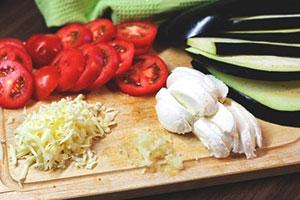 Нарезанные продукты для приготовления баклажанов под сыром