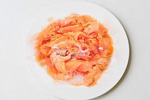 Нарезанные куски красной рыбы