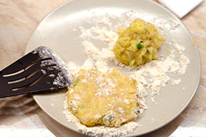 Картофельные оладьи с сыром и зеленым луком