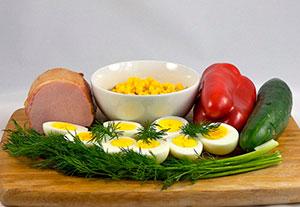 Ингредиенты для салата с ветчиной и яйцами