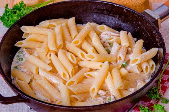 Макароны с курицей в сливочном соусе рецепт
