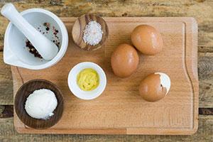 Вкусный салат с маринованными грибами и яйцами