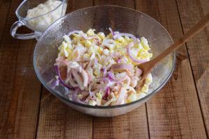Салат из кальмаров с сыром и яйцами