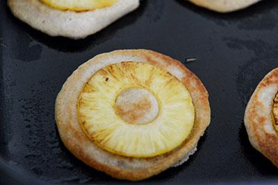 Банановые оладьи с ананасами