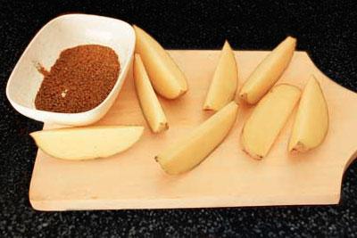 Нарезанный картофель дольками