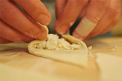 Дрожжевые пирожки с козьим сыром