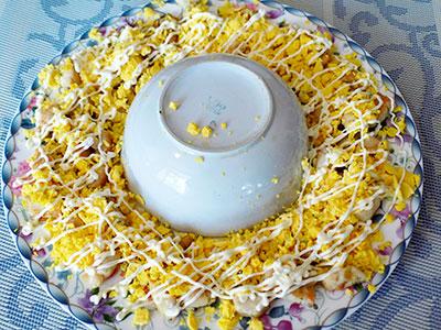 Приготовления праздничной закуски из куриной грудки с кукурузой и огурцом