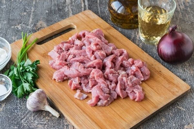 Кусочки нарезанного мяса
