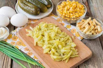 Салат с колбасой и сухариками