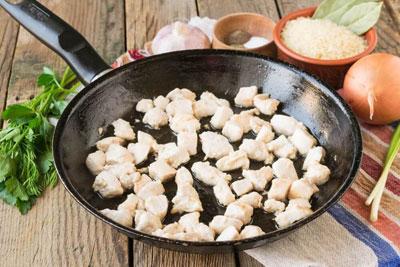 Обжаренная куриная грудка в сковороде