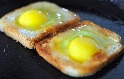 Яйца в хлебе