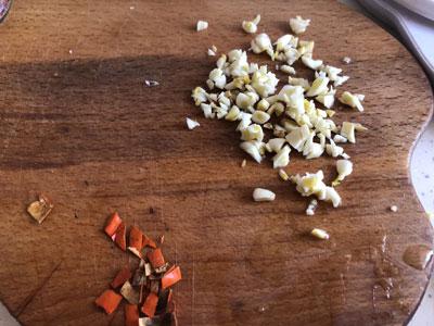 Нарубить чеснок и перец
