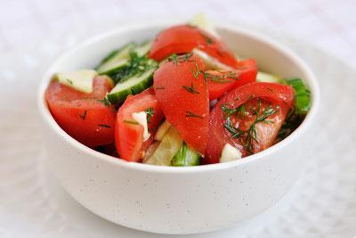 Свежий салат из огурцов с помидорами и кабачка