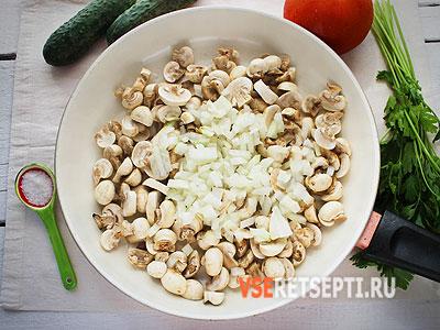 Грибы с луком на сковороде