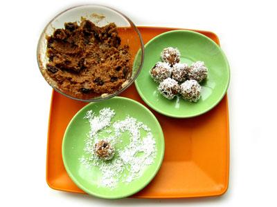 Приготовление конфет из кокосовой стружки